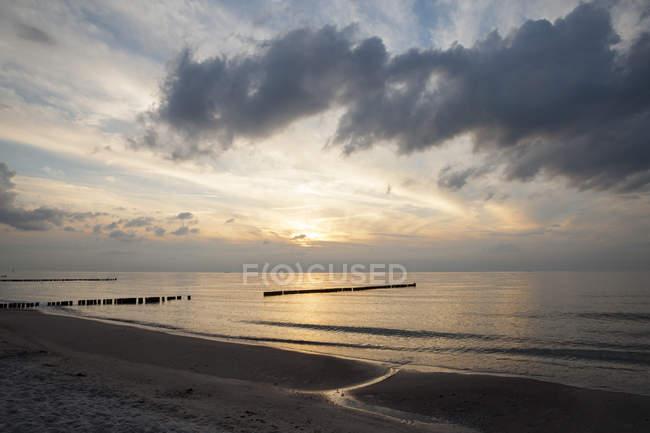 Allemagne, Mecklembourg-Poméranie occidentale, Graal-Mueritz, partie de la plage au coucher du soleil — Photo de stock