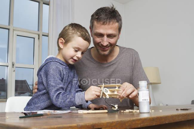 Батько і син, що майструвати модель літака — стокове фото