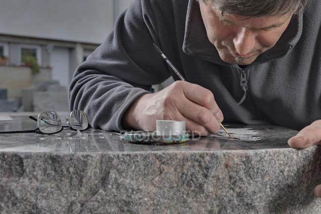 Piedra albañil fabricación tumba piedra primer plano vista - foto de stock