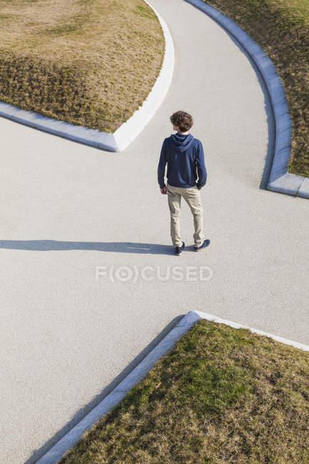 Германия, Феттемберг, мальчик-подросток, стоящий на пешеходном переходе — стоковое фото