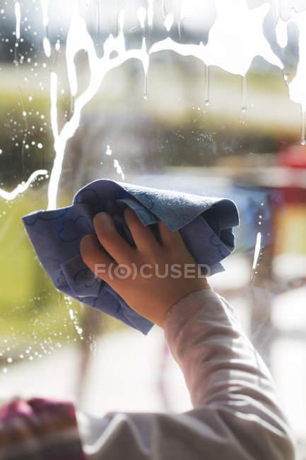 Кадроване зображення руки дівчина очищення вікон — стокове фото
