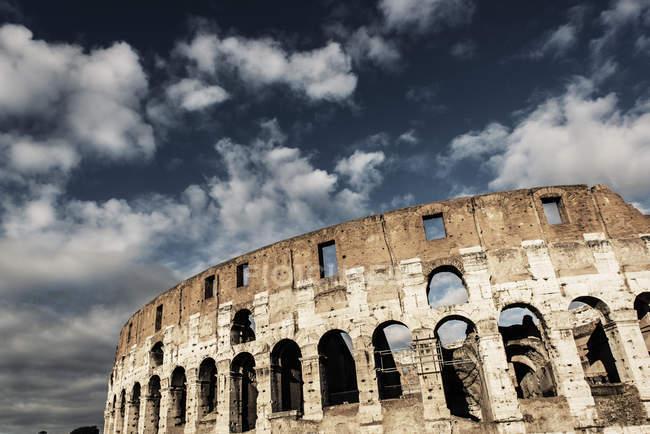 Itália, Roma, Coliseu contra as nuvens no céu — Fotografia de Stock