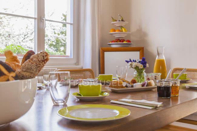 Перегляд відведені сніданком проти вікно — стокове фото