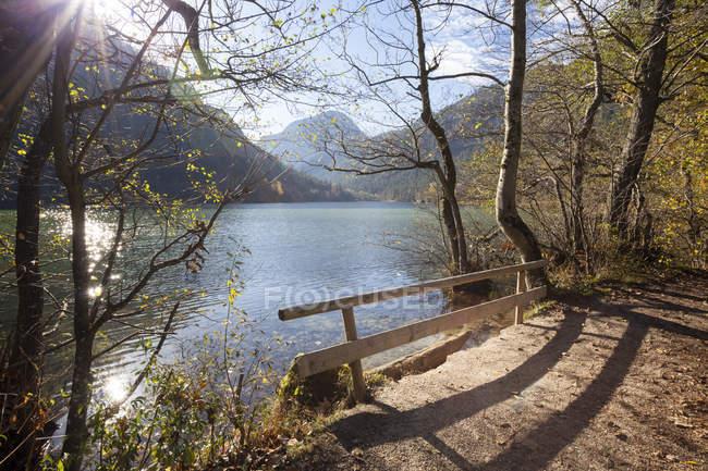Germania, Baviera, Alta Baviera, Bad Reichenhall, vista sul lago Thumsee in autunno — Foto stock