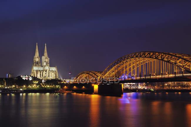 Deutschland, Nordrhein-Westfalen, Köln, Blick auf beleuchtete Hohenzollernbrücke und Kölner Dom in der Nacht — Stockfoto