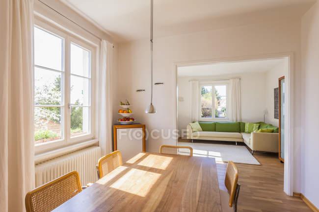 Столовая и жилая комната в помещении — стоковое фото