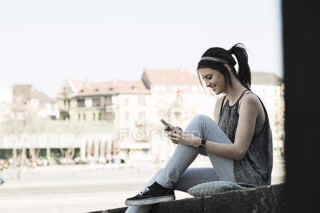 Young woman using smartphone — Stock Photo