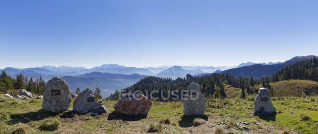 Allemagne, Haute-Bavière, Bavière, Alpes de Chiemgau, Aschau, Chiemgau, Kampenwand, pierres de différentes montagnes comme carte panoramique — Photo de stock