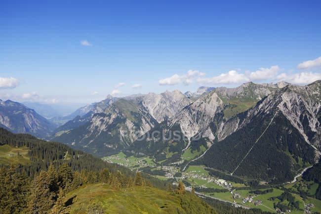 Valle de Alemania, Vorarlberg, Klostertal, Lechquellengebirge con Gamsbodenspitze, bosque de montaña de Arlberg - foto de stock