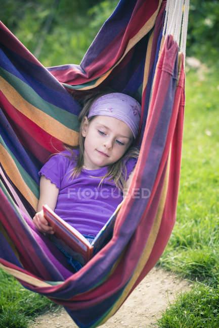 Retrato de menina leitura livro em rede — Fotografia de Stock