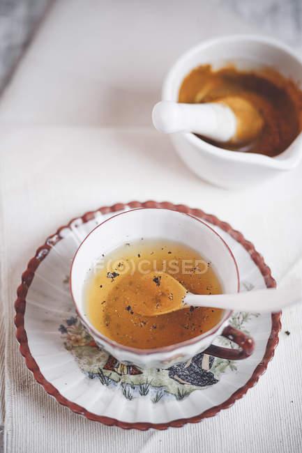 Tasse Kurkuma-Tee mit Pfeffer gewürzt — Stockfoto
