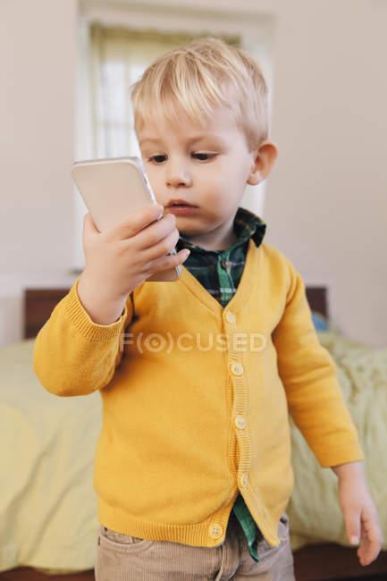 Ritratto di bambino che guarda lo smartphone — Foto stock
