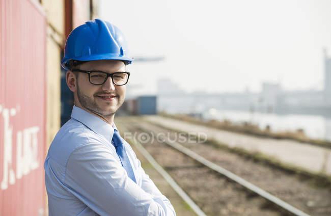 Портрет предпринимателя, носить голубой каске — стоковое фото