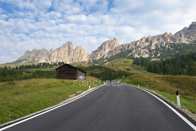 Italia, Alto Adige, Dolomiti, strade e colline sullo sfondo — Foto stock