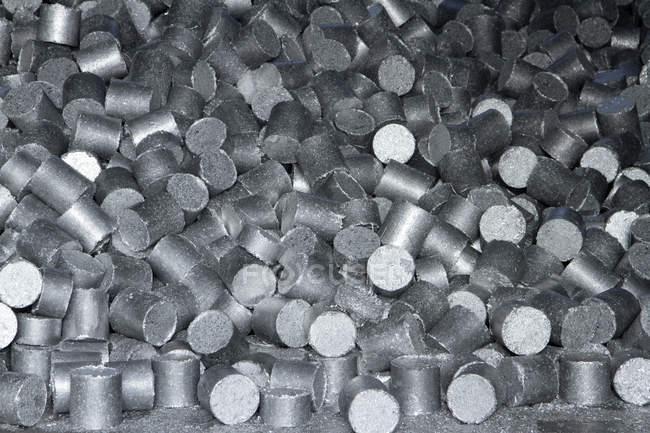 Куча алюминиевых гранул на заводе по переработке отходов — стоковое фото