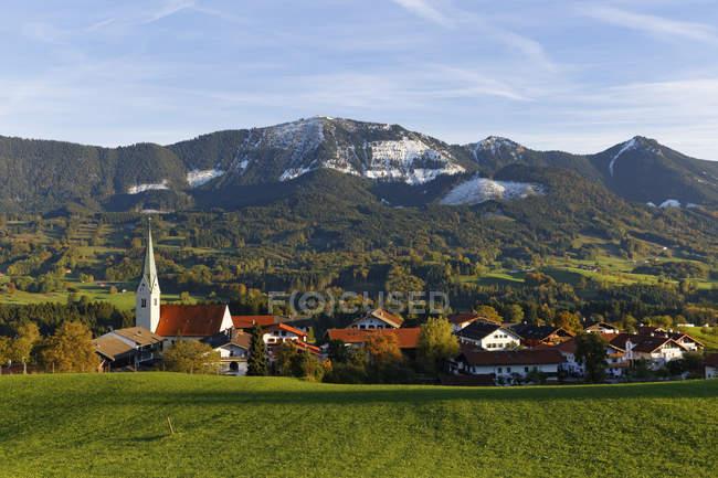 Allemagne, Bavière, Chiemgau, Torwang vue avec Samerberg en fond, paysage avec village et montagnes — Photo de stock