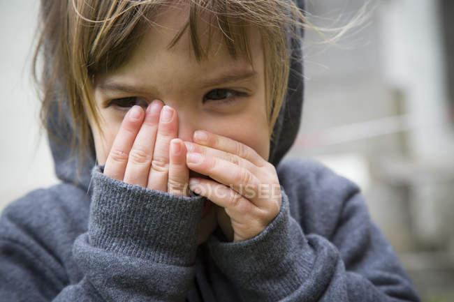 Kleines Mädchen mit Händen den Mund — Stockfoto