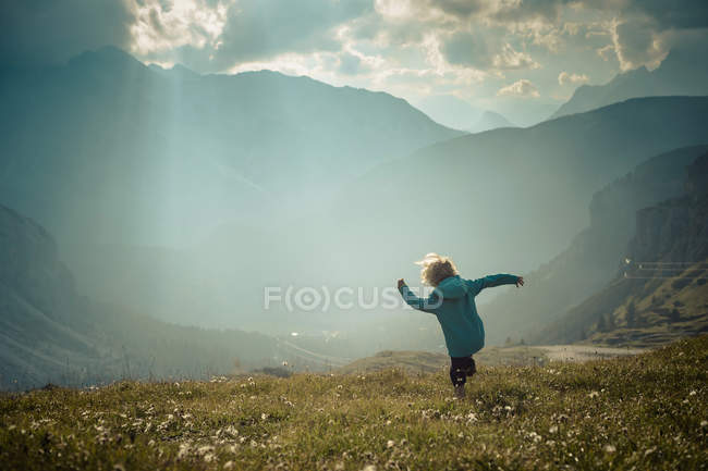 Italia, Provincia di Belluno, Veneto, Auronzo di Cadore, bambino che cammina sul prato alpino vicino alle Tre Cime di Lavaredo — Foto stock
