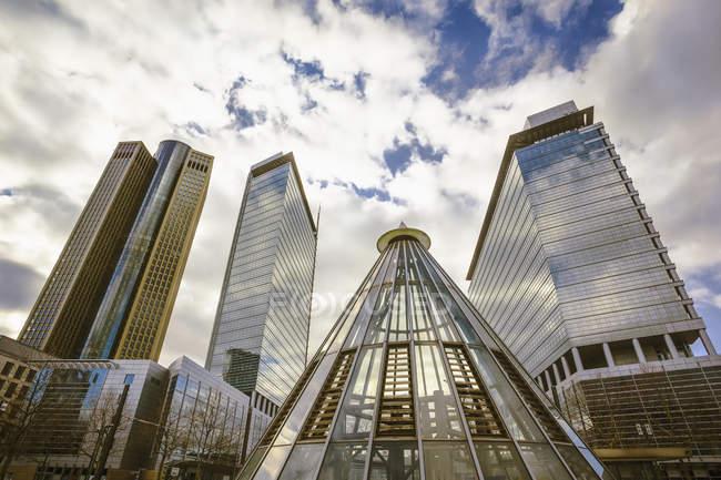 Germania, Assia, Francoforte, grattacieli e piramide, stazione della metropolitana vicino al centro espositivo vista dal basso — Foto stock
