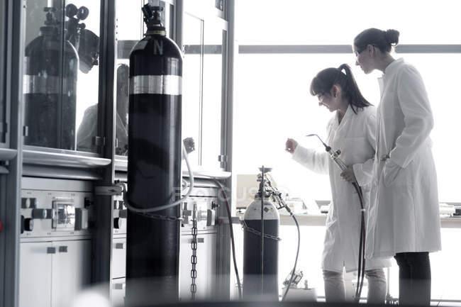 Zwei junge Chemiestudentinnen im Labor — Stockfoto