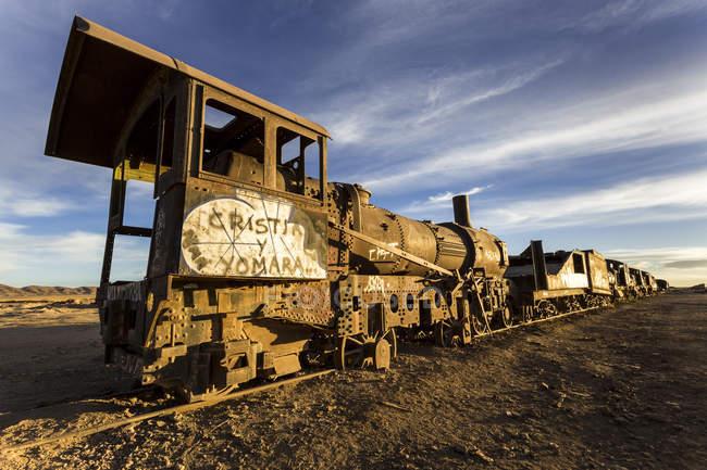 América del sur, Bolivia, Salar de Uyuni, cementerio de trenes, naufragio de un barco de vapor - foto de stock