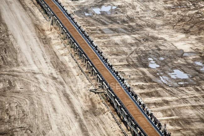 Alemanha, Renânia do Norte-Vestfália, Garzweiler de superfície mina, transportador de correia com carvão — Fotografia de Stock