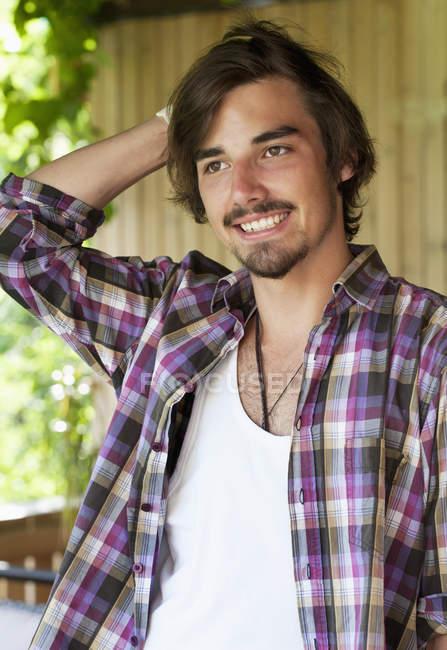 Porträt eines unsicher lächelnden jungen Mannes — Stockfoto