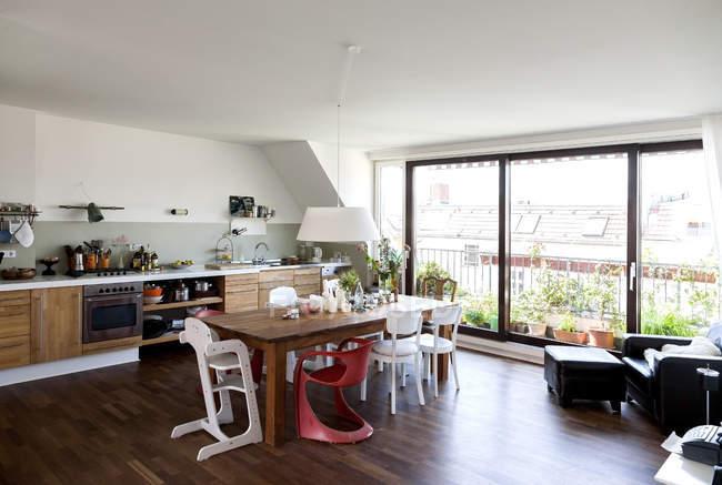 Кухня открытого плана в современной квартире — стоковое фото