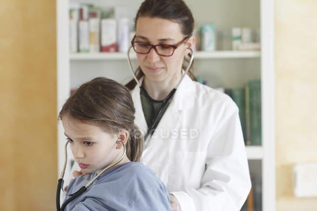 Kinderärztin untersucht Mädchen mit Stethoskop — Stockfoto