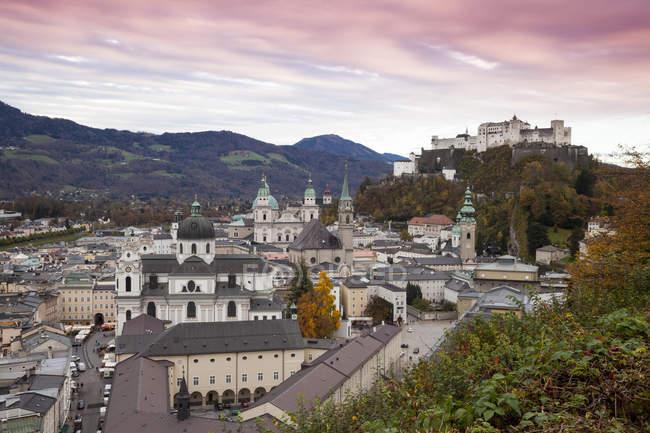 Австрія, Зальцбург cityscape в Вечерние — стокове фото