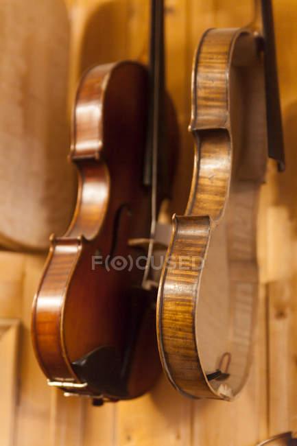 Violines en un taller de los fabricantes del violín, closeup - foto de stock