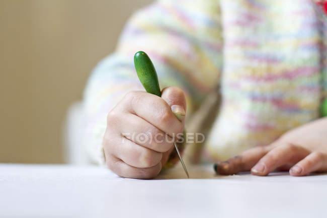 Gros plan de petite fille avec les mains sales piquer — Photo de stock