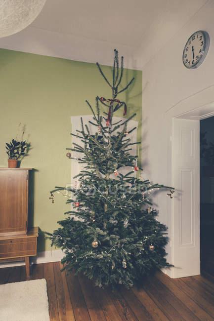 Árbol de Navidad en vacío Apartamento decorado - foto de stock