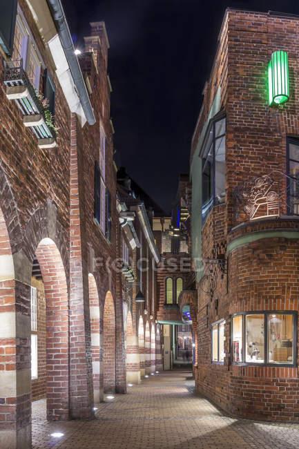 Німеччина, Бремен, Boettcherstrasse вулиці висвітлюється у вечірній час — стокове фото