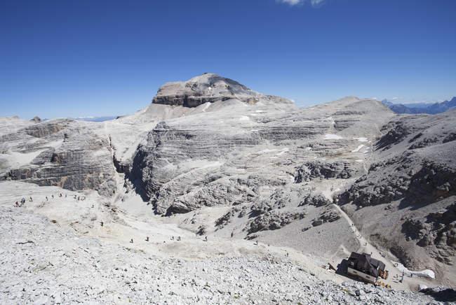 Italie, Trentin, Belluno, station de montagne à Sass Pordoi pendant la journée — Photo de stock