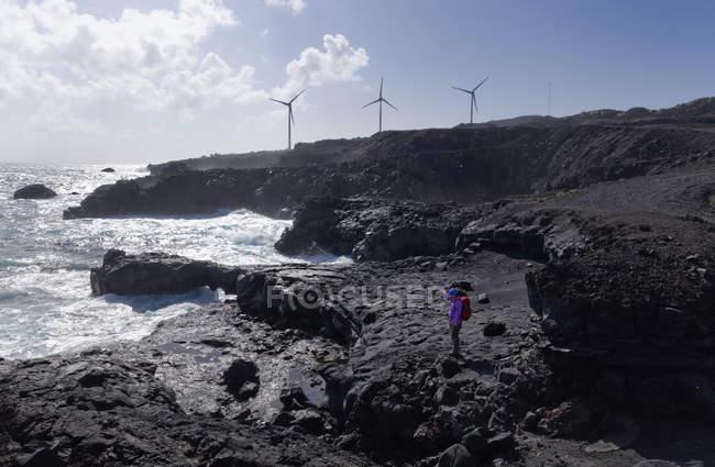 Spanien, Kanarische Inseln, La Palma Fuencaliente, Frau an der Küste — Stockfoto