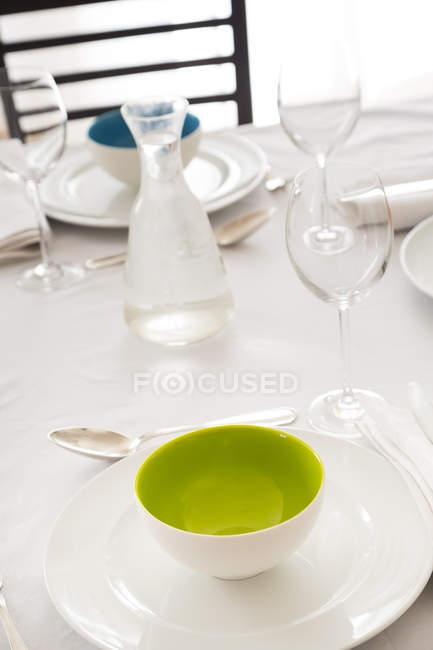 Mesa festiva con copas de vino y jarra de agua - foto de stock