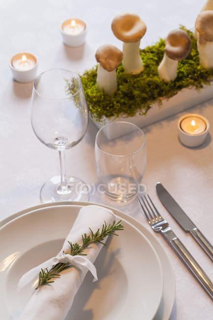 Ajuste de lugar y decoración festiva mesa puesta - foto de stock