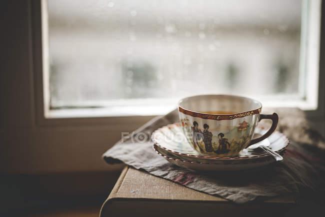 Xícara de chá de jasmim verde chinês no livro — Fotografia de Stock