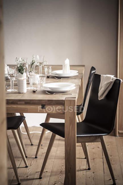 Німеччина, Vaihingen, Laid таблиці в приміщенні — стокове фото