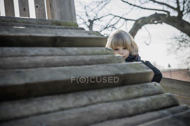 Porträt eines kleinen Jungen auf einem Spielplatz — Stockfoto