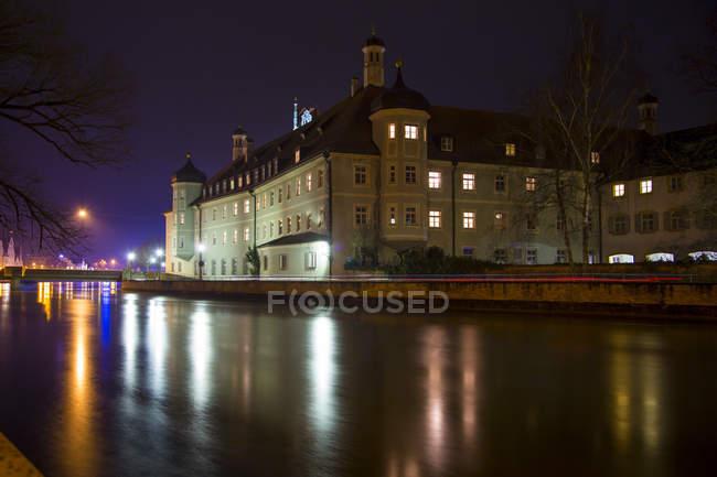 Германия, Бавария, Ландсхут, Хайнкес-Шпиталь ночью — стоковое фото