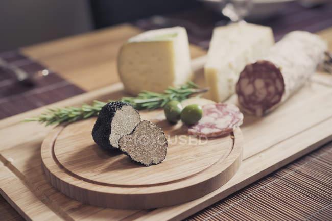 Деревянные пластины с трюфелями, сыр и салями — стоковое фото