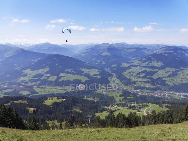 Austria, Tirolo, Alpi di Kitzbuehel, Valle di Bressanone con Hopfgarten e parapendio — Foto stock