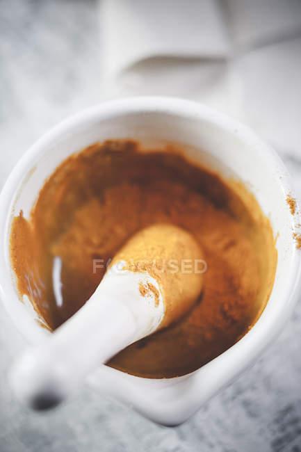 Kurkuma-Pulver gemischt mit Honig in Mörtel für Kurkuma Tee — Stockfoto