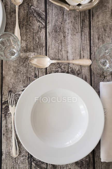 Regolazione di posto sul tavolo apparecchiato in legno — Foto stock