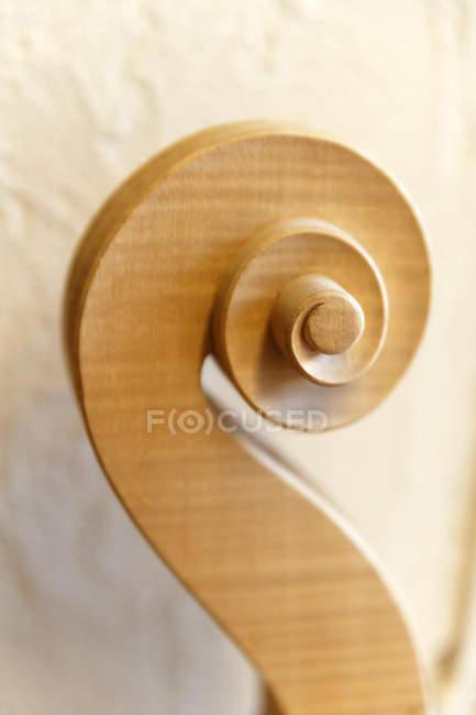 Rouleau d'un violon dans un atelier de luthiers — Photo de stock