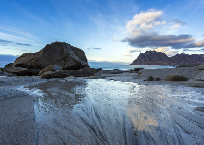 Roches de Scandinavie, Norvège, îles Lofoten, au coucher du soleil, littoral au Utakleiv — Photo de stock