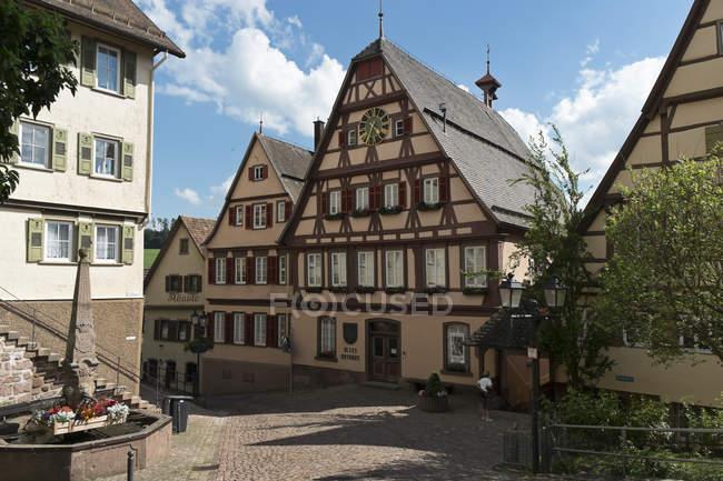 Alemania, Baden-Wuerttemberg, Altensteig, Ayuntamiento antiguo durante el día - foto de stock
