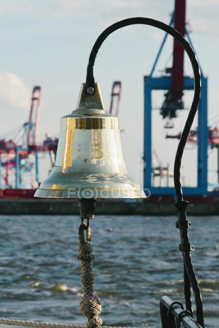 Німеччина, Гамбург, корабельний дзвін музей парова човен Woltmann в гавані Ovelgonne музей — стокове фото